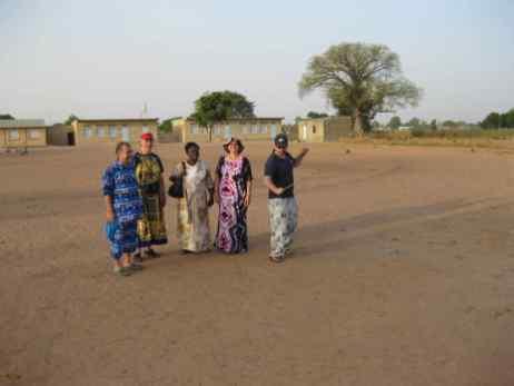 Le comité devant l'école