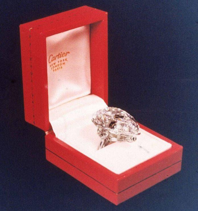 Σαν σήμερα ήταν που της αγόρασε ένα πανάκριβο διαμάντι