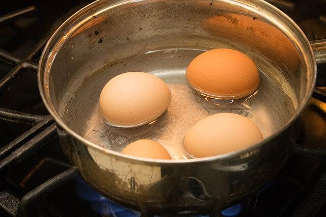 Σπάει το αβγό στο βράσιμο;