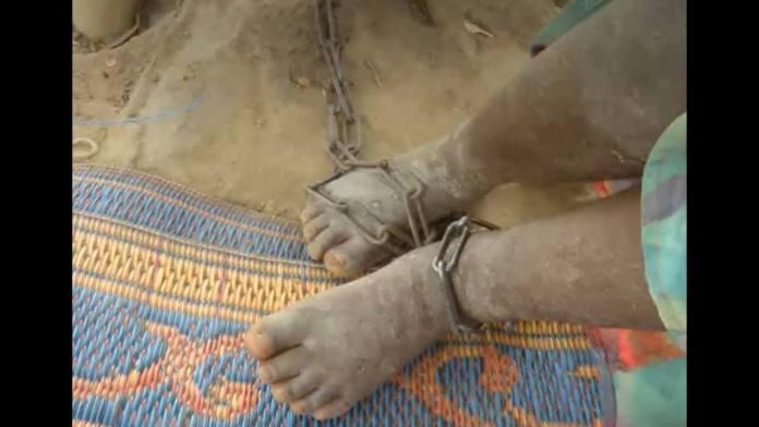 Στη  Γκάνα αλυσοδένουν τους ψυχασθενείς.