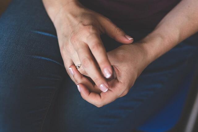 Ετσι θα βγάλεις το δαχτυλίδι που σφήνωσε