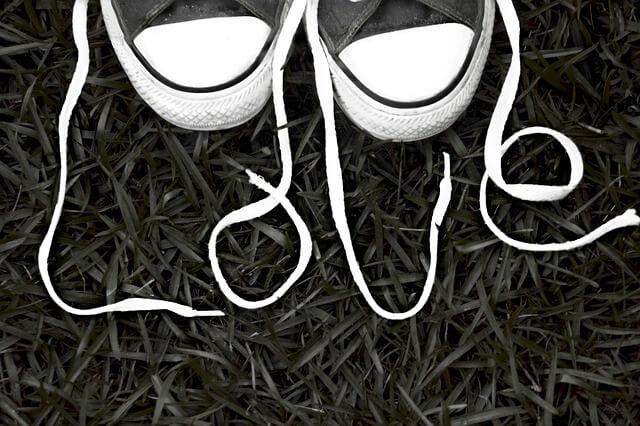 Πλένουμε τα λευκά κορδόνια παπουτσιών