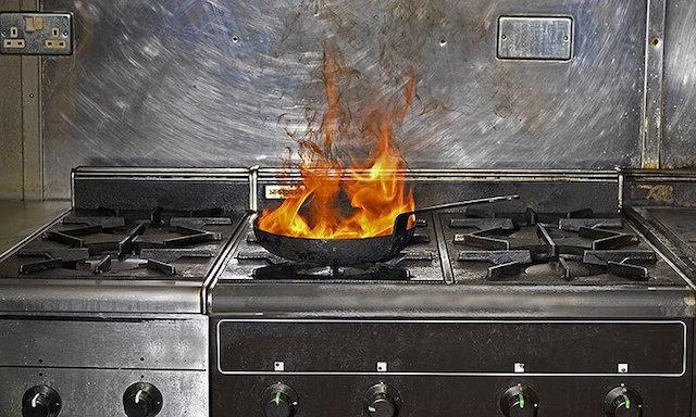 Τι κάνεις αν αρπάξει φωτιά το τηγάνι;