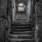 Γλιστράει η σκάλα που πάει στο υπόγειο