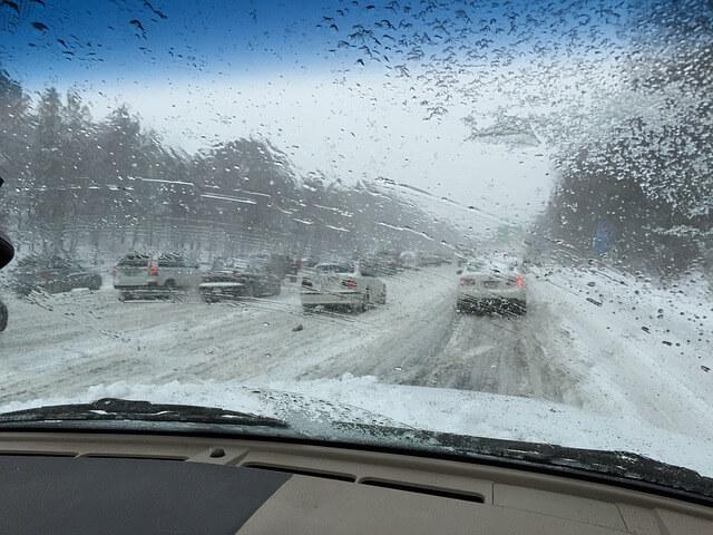 Γλιστράει το αυτοκίνητο στον πάγο; Μάθε τι πρέπει να κάνεις.