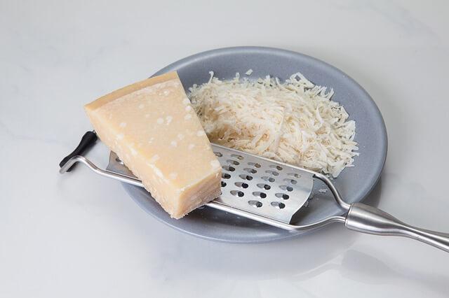Τον τρίφτη του τυριού, έτσι τον καθαρίζουμε