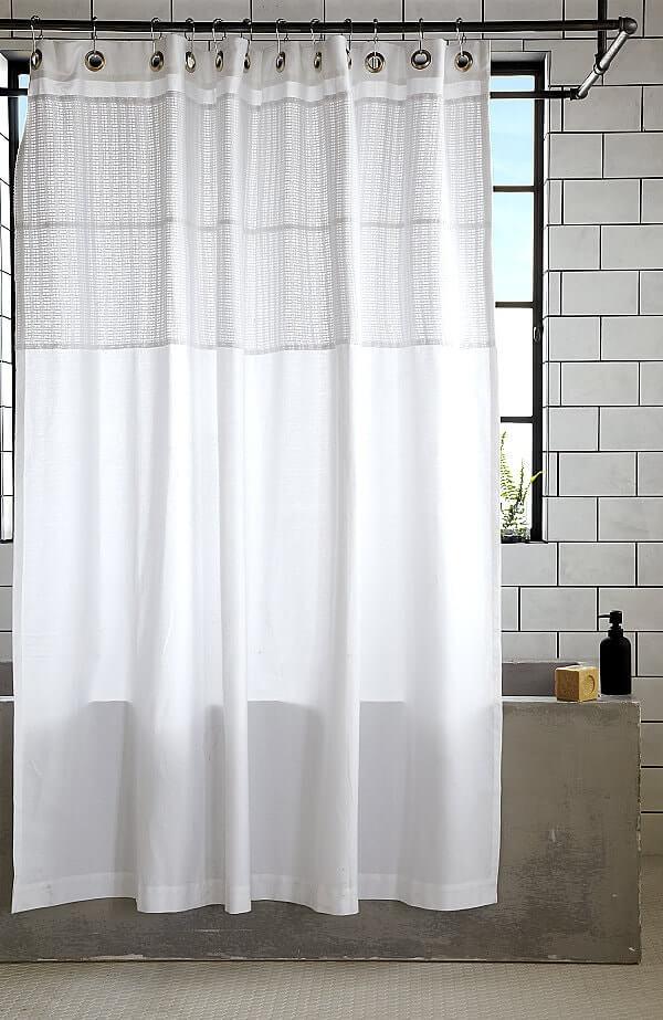 Κουρτίνα μπάνιου με λεκέδες υγρασίας