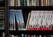 Ξεσκονίζουμε βιβλία στη βιβλιοθήκη