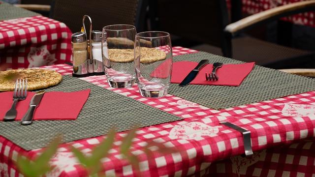ΣΤρώνουμε το τραπέζι με χρώμα