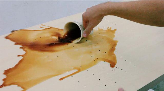 Αν πέσει καφές στο λουστραρισμένο έπιπλο