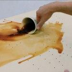 Καφές στο λουστραρισμένο έπιπλο