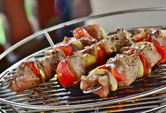 Αρωμάτισε το κρέας στα κάρβουνα