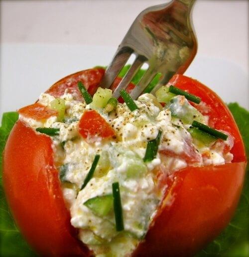 Γέμισε τη ντομάτα με κότατζ τυρί