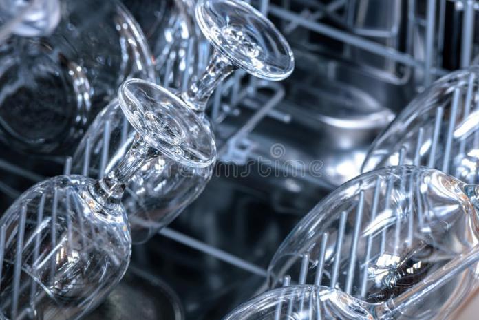 Το πλυντήριο πιάτων θολώνει τα ποτήρια; Υπάρχει λύση!