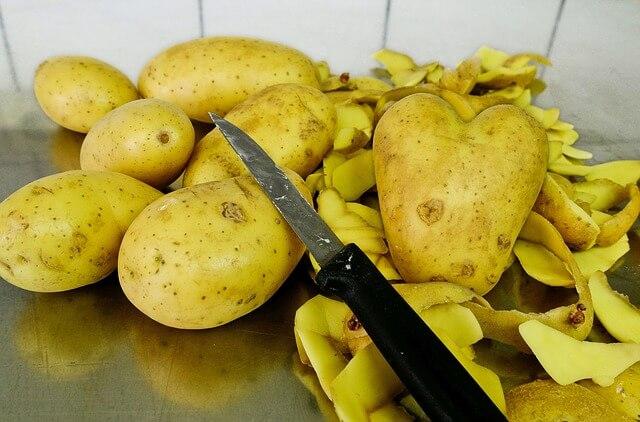 Καθαρίζουμε πατάτες στα γρήγορα