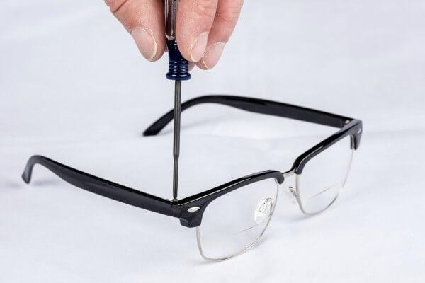Ξελάσκαρε η βίδα στα γυαλιά;
