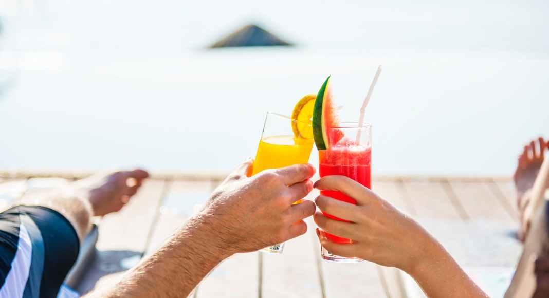 Σέρβιρε το ποτό χωρίς να μπούνε ζουζούνια