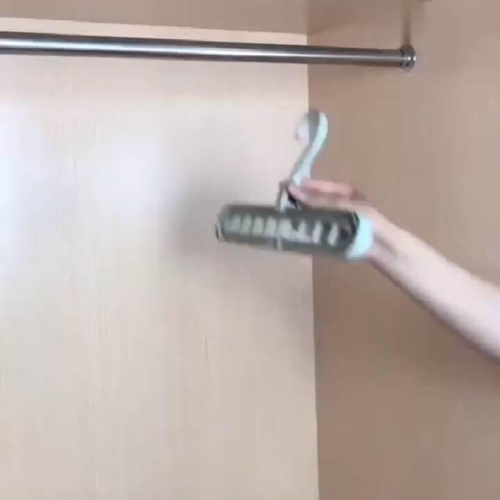 Για να μη πιάνουν χώρο τα ρούχα στη ντουλάπα