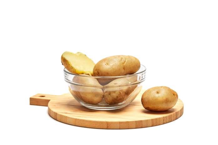 Ξεφλούδισε τις πατάτες γρήγορα χωρίς μαχαίρι