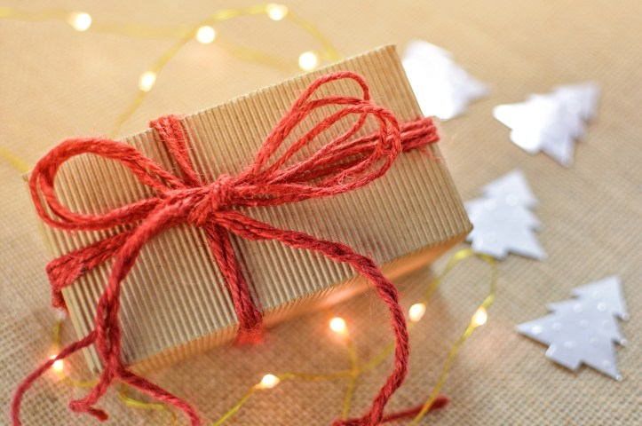 Ideas for environmentally friendly gift wrapping this christmas - brown paper