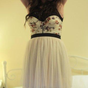 black-thrifted-top-beige-topshop-bra-beige-heaven-earth-skirt-gray-falke_400