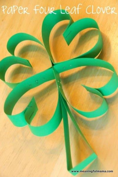 Este trébol es superfácil y precioso. Solo necesitamos papel de color verde y una grapadora.
