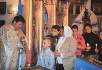 Copii luând Sfânta Împărtășanie