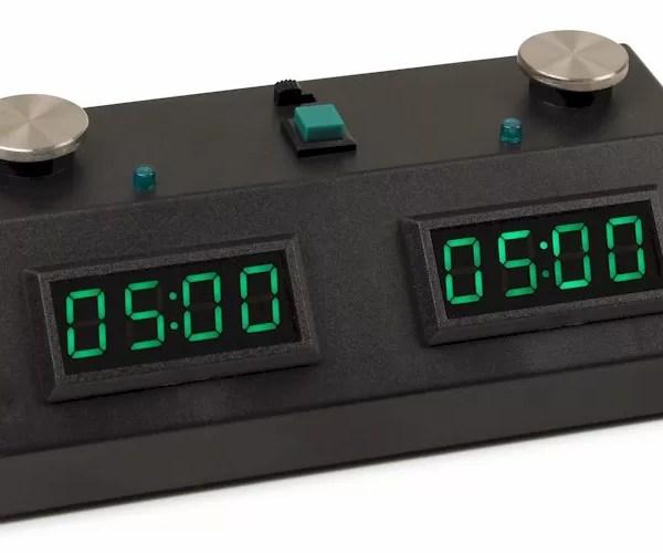 relógio de xadrez digital preto e verde