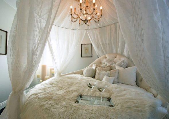 Du kan köpa en färdig version av baldakinen, som bara återstår att fixa ovanför sängen