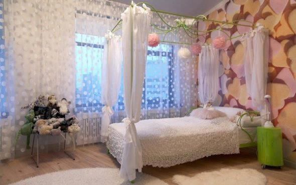 Närvaron av en baldakin i sovrummet gör att du kan skapa en unik atmosfär av komfort