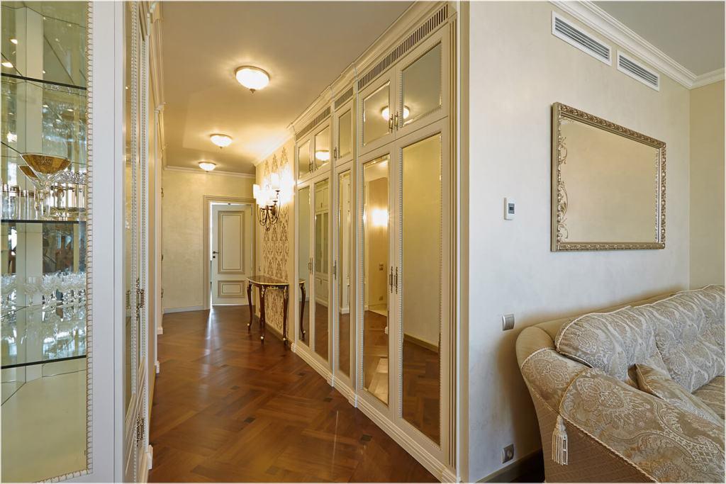 распашной шкаф в классическом стиле с зеркальными фасадами