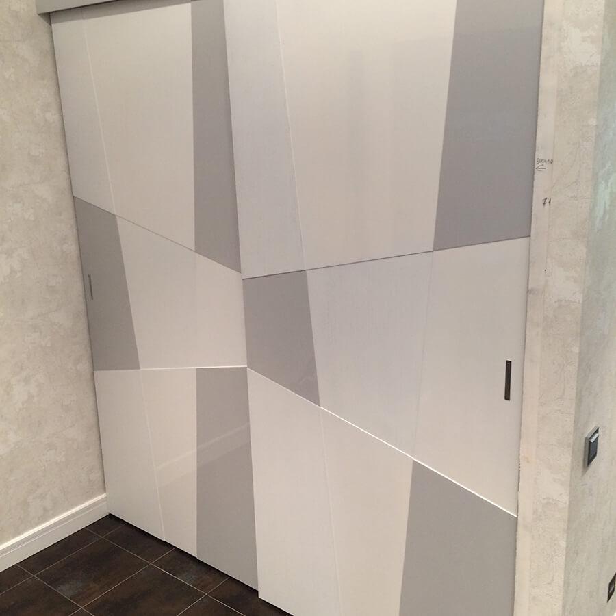 шкаф купе с подвесной системой и дверьми с фрезеровкой покрытие эмаль