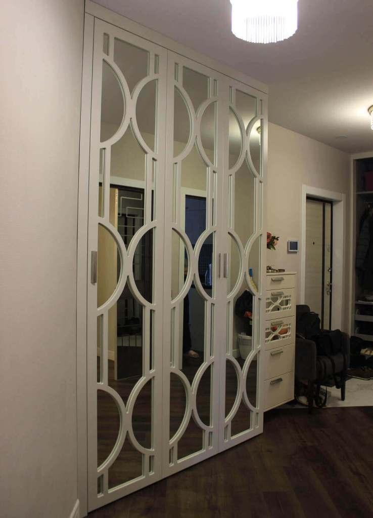 распашной шкаф в прихожую с фрезерованными фасадами в виде кругов покрытие эмаль