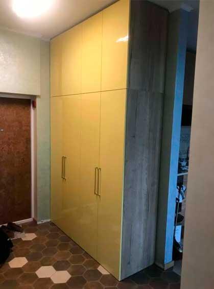 распашной шкаф в прихожую с желтыми фасадами эмаль глянец