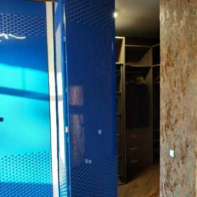 шкаф и двери в гардеробную с дизайнерской фрезеровкой в синем цвете.