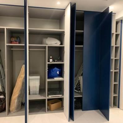 Наполнение распашного крашенного синего шкафа.