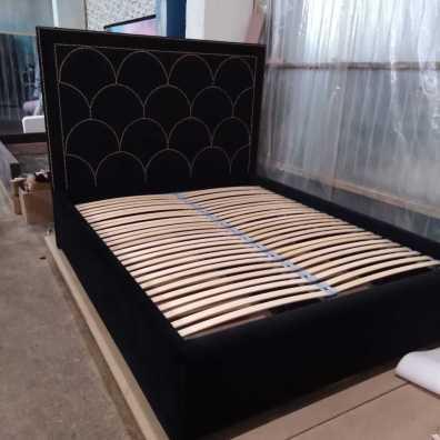 Дизайнерская кровать с расшивкой латунными гвоздиками выполнена из велюра. Спальное место с подъемным основанием премиум.