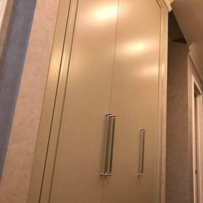 Распашной крашенный шкаф с фрезерованными фасадами.