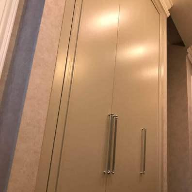 распашной шкаф в прихожую с элегантной фрезеровкой