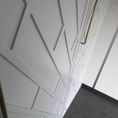 Вид на фрезерованные крашенные фасады распашного шкафа.