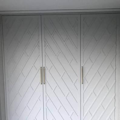 Дизайнерский белый шкаф с распашными фрезерованными фасадами из мдф.