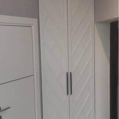 распашной шкаф под коммуникации с дизайнерской фрезеровкой, эмаль матовая
