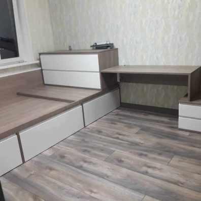 кровать подиум с комодом и письменным столом