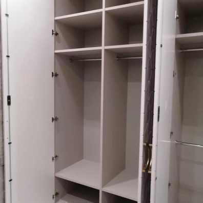 Наполнение распашного глянцевого шкафа.