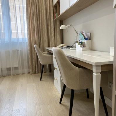 стол и навесные полки в детскую комнату, материалы лдсп и мдф покрытие эмаль белого цвета