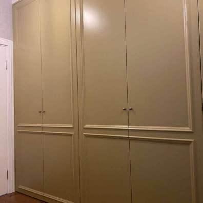 Распашной шкаф в стеле современная классика с крашенными фасадами