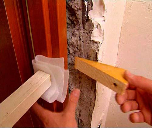 Перед установкой добора зафиксируйте дверь в проеме