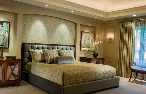 Текстиль на кровати подбирают к основной гамме спальни