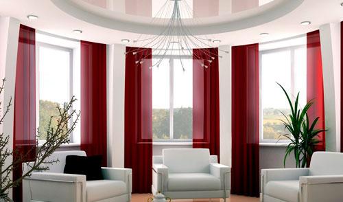 Длинные шторы украсят гостиную с большими окнами