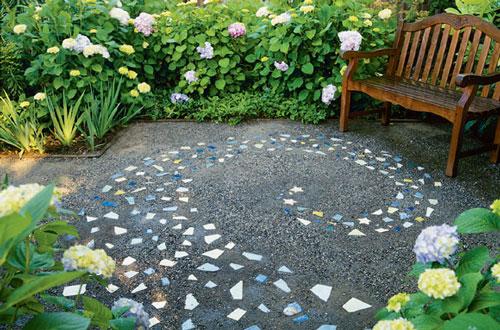 Чтобы украсить дорожку, можно добавить цветное стекло и камушки